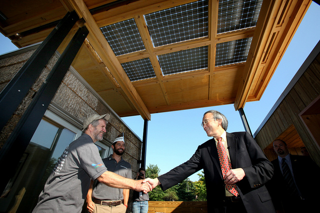 Photo of Steven Chu shaking hands with Jeffrey Tiller as David Lee looks on.